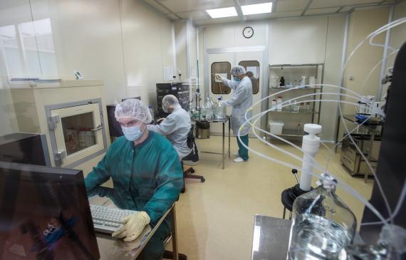 Científicos rusos trabajando en la vacuna contra el coronavirus.