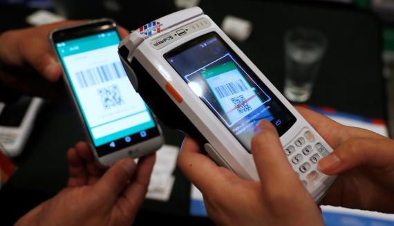 Un cliente realiza un pago digital con la aplicación de WeChat a través de un código QR