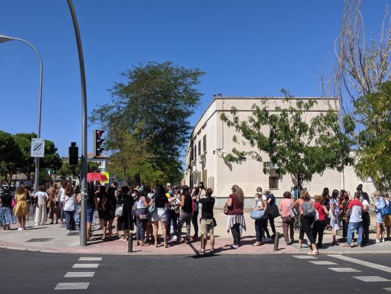 Cientos de docentes esperan para realizarse las pruebas serológicas en el instituto Virgen de la Paloma, en Madrid.