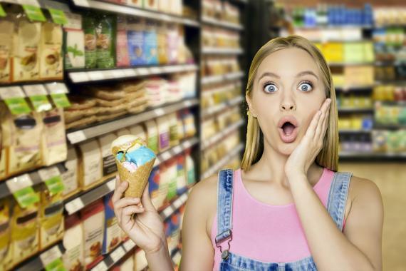Comer helado en el supermercado