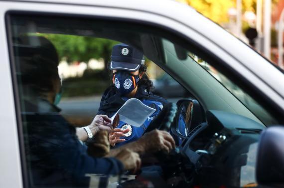 Control policial en una zona confinada en Madrid