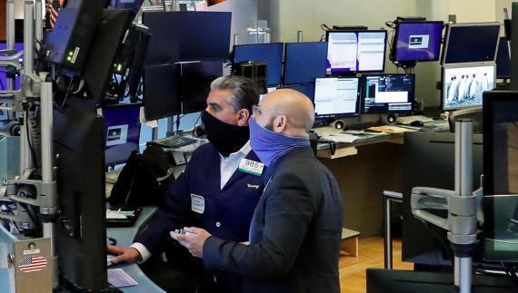 Dos traders con mascarilla en la bolsa de Nueva York