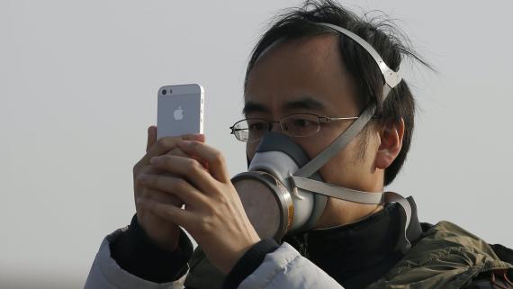 Una persona hace una foto con su iPhone en un día de mucha contaminación en Pekín (China).