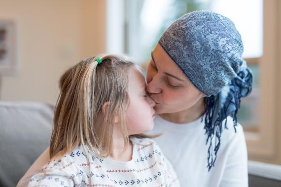 Madre con cáncer junto a su hija.