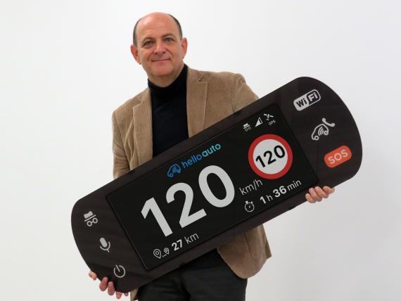 Manuel Santiago, CEO de Hello Auto, con una reproducción a gran tamaño de su dispositivo Hello Auto Connect