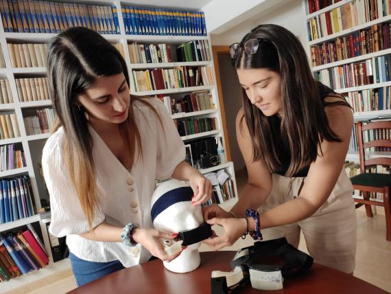 María de la Sierra y Alicia Muñoz, ganadoras del concurso de diseño del concurso James Dyson Award.