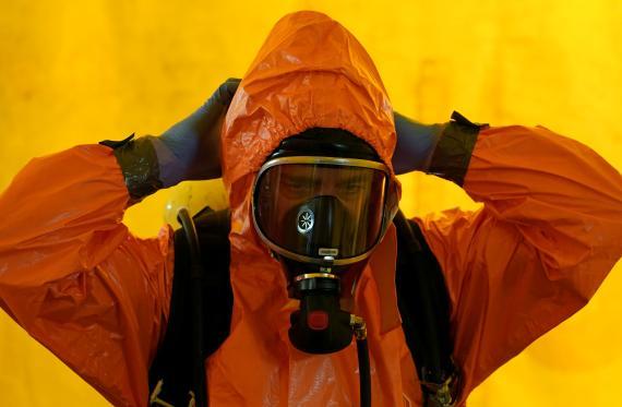 Un miembro del SAMUR vestido con un traje protector durante la pandemia del coronavirus