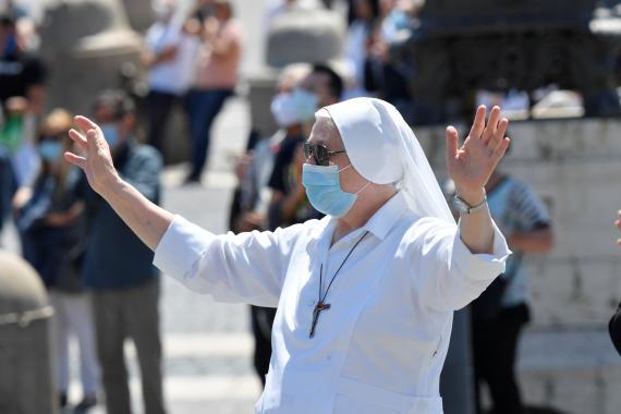 Monja con mascarilla en el Vaticano
