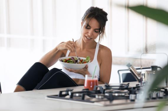 Mujer comiendo después de hacer ejercicio.