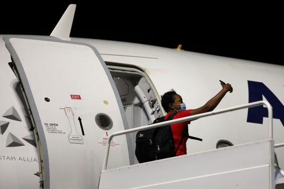 Una mujer se hace un selfie en un avión