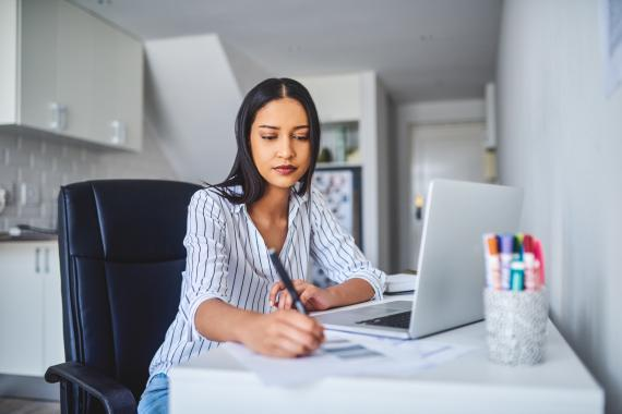 mujer con ordenador, freelance, búsqueda de empleo
