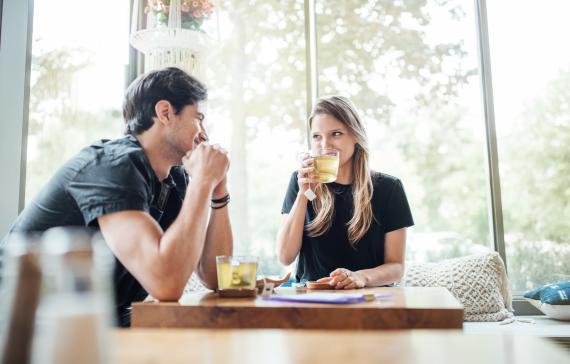 Una pareja bebe té verde.