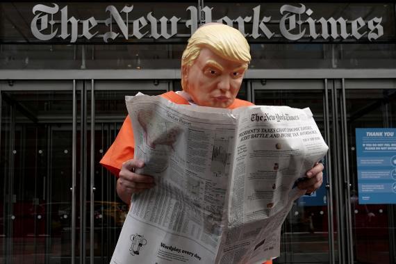 Una persona disfrazada de Donald Trump en la sede de 'The New York Times'
