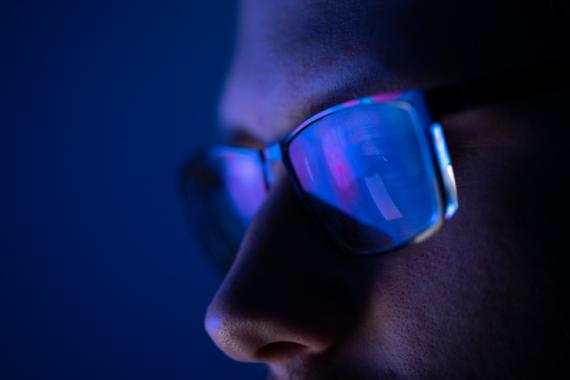 Persona con gafas.