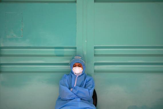 Personal sanitario descansa durante el brote de COVID-19 en Yakarta, Indonesia.