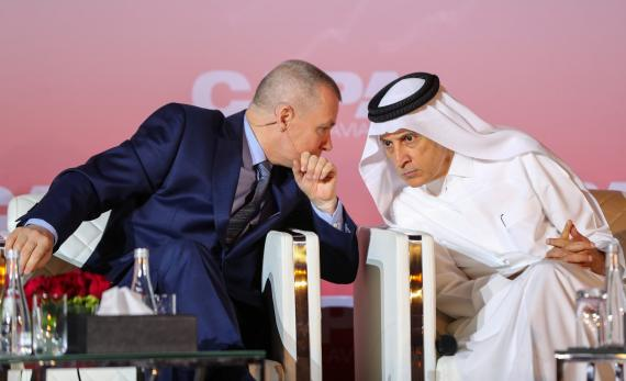 El ex director ejecutivo de IAG, Willie Walsh, junto con el CEO de Qatar Airways, Akbar Al Baker, en un evento en Qatar.
