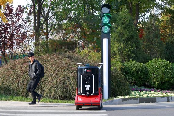 Un robot sin conductor cruza la calle en Tianjin, China.