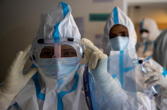 Sanitarios atienden a pacientes con coronavirus.