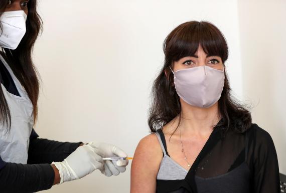 Una voluntaria se inyecta de una de las primeras vacunas contra el COVID-19