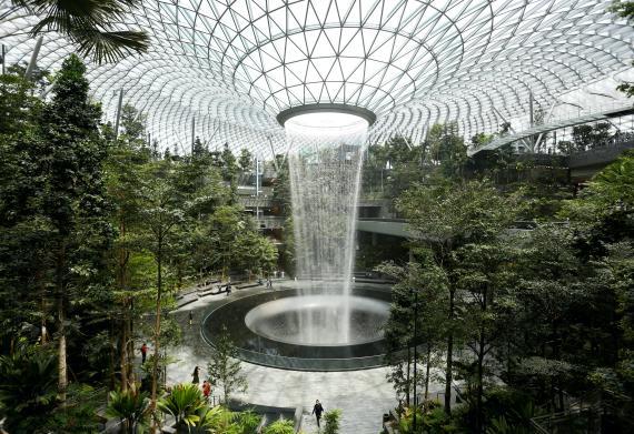La terminal Jewel en el Aeropuerto Internacional de Singapur, también conocido como Aeropuerto Internacional Changi.