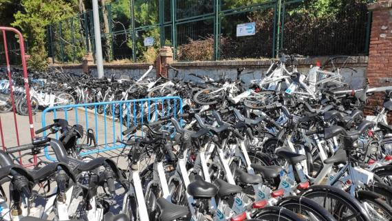 Bicicletas de Bicimad averiadas en las cocheras de la EMT en Fuencarral, Madrid.