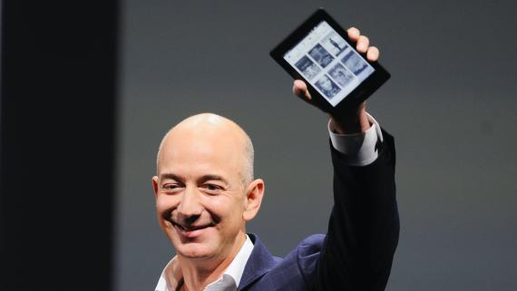 El CEO de Amazon, Jeff Bezos, presenta un Kindle en 2012.