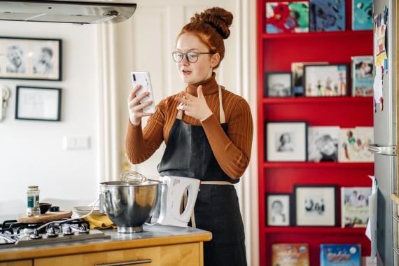 Chica cocinando, en la cocina.