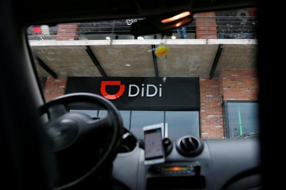 El logo de la china Didi Chuxing visto desde uno de sus coches en Toluca, México.