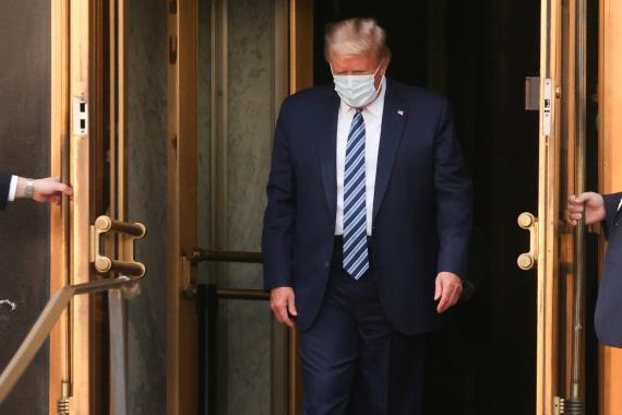 Donald Trump con mascarilla.