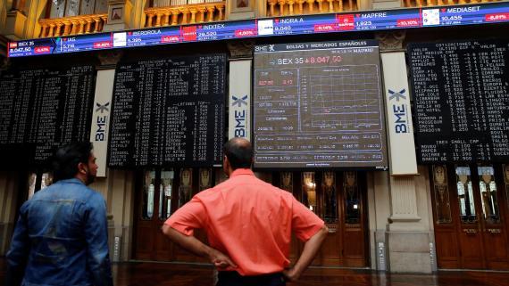 Dos inversores observan la evolución de la cotización del Ibex 35 en la Bolsa de Madrid