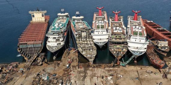 Una imagen de un dron muestra cruceros fuera de servicio que están siendo desmantelados en el astillero de desguace Aliaga en la ciudad portuaria egea de Izmir, al oeste de Turquía, el 2 de octubre de 2020.
