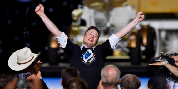 Elon Musk celebra después del lanzamiento de un cohete SpaceX Falcon 9 y de la nave espacial Crew Dragon en la misión SpaceX Demo-2 de la NASA a la Estación Espacial Internacional desde el Centro Espacial Kennedy de la NASA el 30 de mayo de 2020.