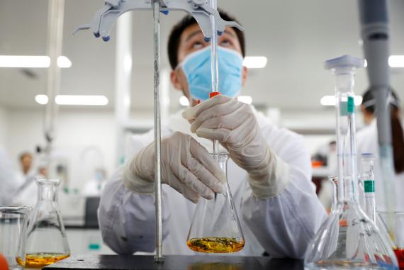 Un hombre realiza ensayos para una vacuna.