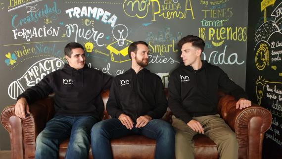 Los fundadores de Homyhub Carlos Quijano (izquierda), Enzo Zamora (centro) y Álvaro Román.