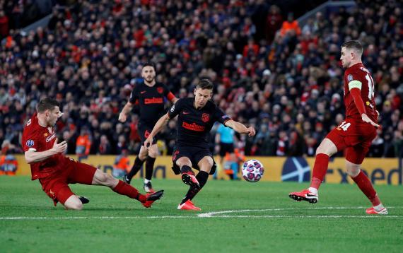 Marcos Llorente, futbolista del Atlético de Madrid, marcando un gol ante el Liverpool en una elimintaria de Champions League