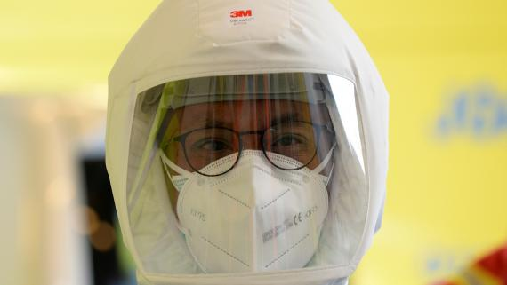 Un médico protegido para tratar a pacientes con coronavirus,