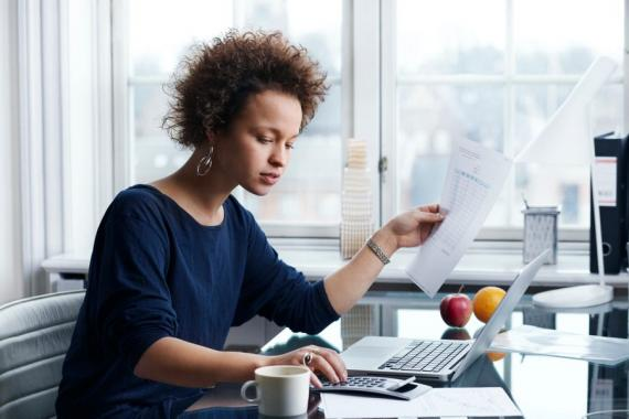 Mujer en la oficina.