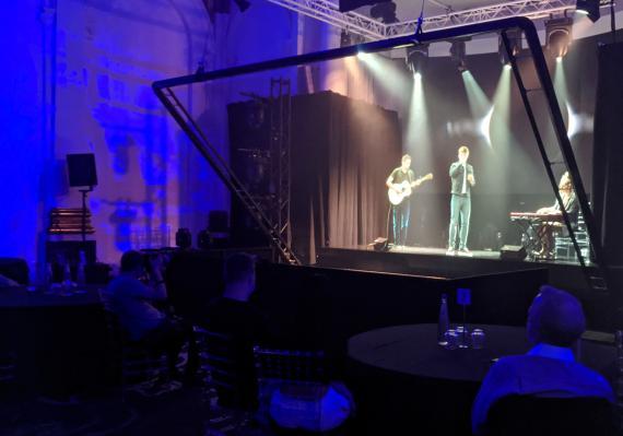 El cantante y compositor Dan Olsen y su guitarrista utilizan tecnología basada en una ilusión óptica victoriana para demostrar cómo el sistema de conciertos virtuales de Musion 3D permite a los artistas conectarse con sus fans.