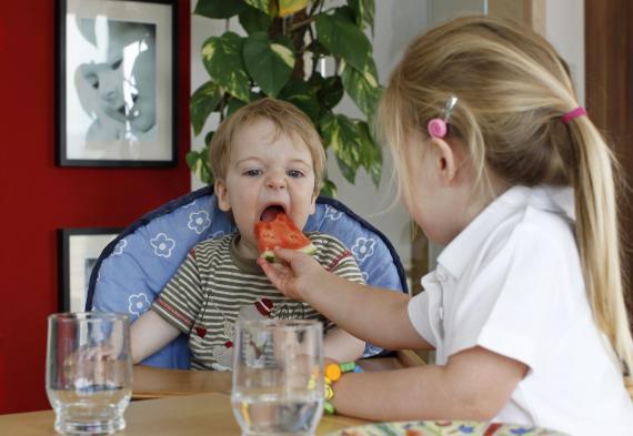 niños comiendo frutas