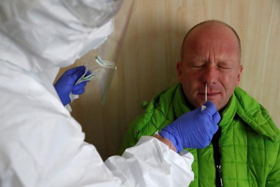 Sanitario haciendo un test de coronavirus