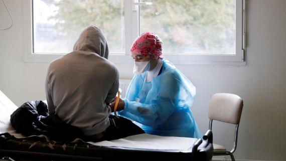 Sanitario y paciente de COVID-19.