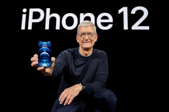 Tim Cook mostrando un iPhone 12
