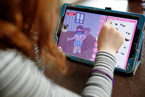 Una usuaria jugando en Roblox.