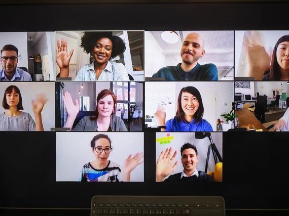 Los empleados utilizan herramientas de videoconferencia como Zoom para conectarse virtualmente.