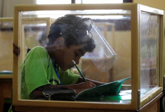 Alumno en clase durante la pandemia de coronavirus en El Cairo