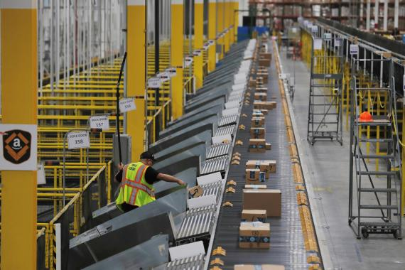 Un almacén de Amazon preparando el Cyber Monday 2019