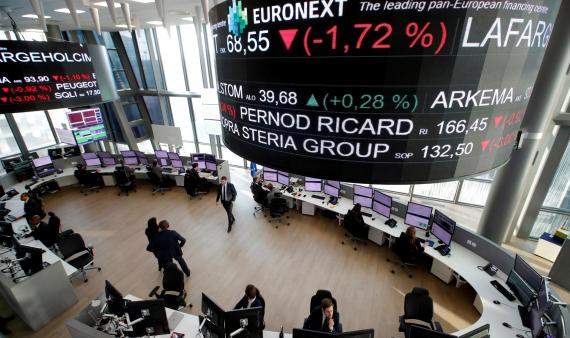 Analistas siguiendo la evolución de las bolsas en la sede parisina de Euronext