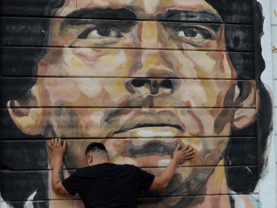Un argentino llora la muerte de Diego Armando Maradona