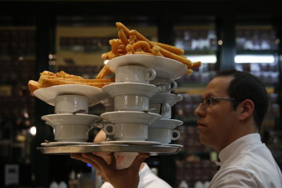 Un camarero de la chocolatería San Ginés de Madrid