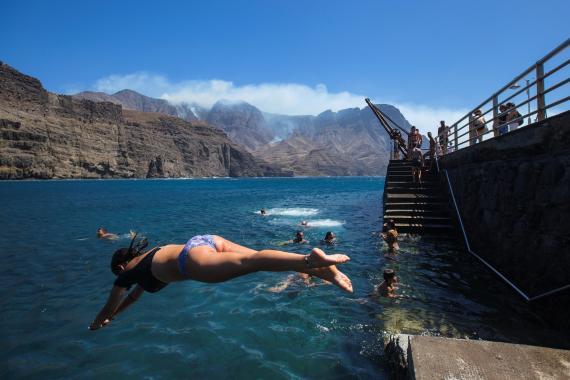 Bañistas en la playa de Agaete, en Gran Canaria, Islas Canarias.